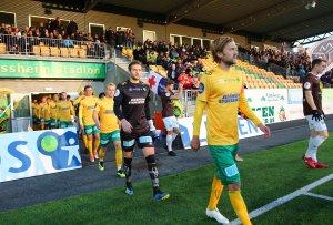 Innmarsj før den 26. serierunden mellom Ull/Kisa og Mjøndalen.