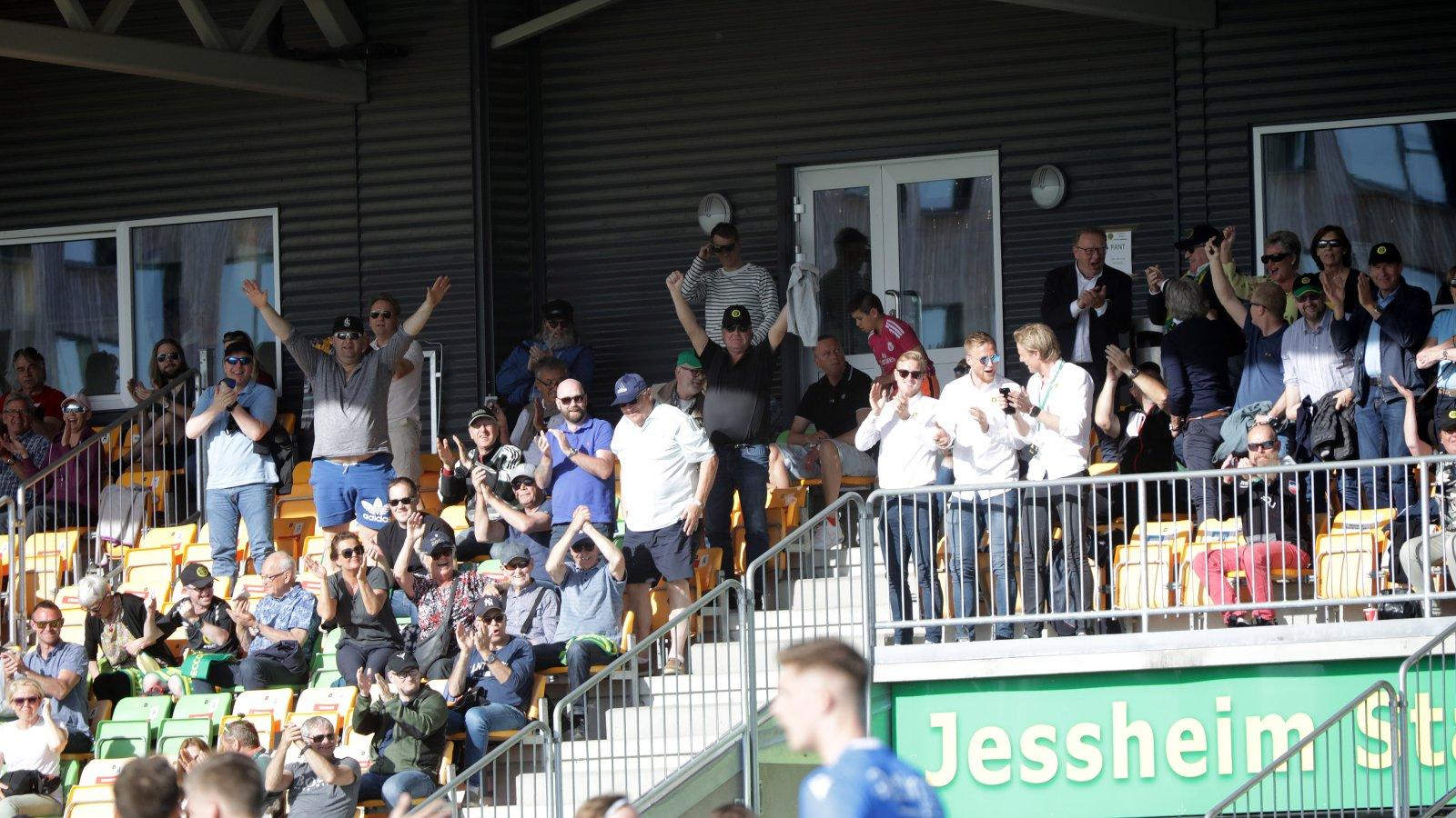 Jubel på tribunen etter 3-1-seieren over Notodden på Jessheim stadion 16. mai.