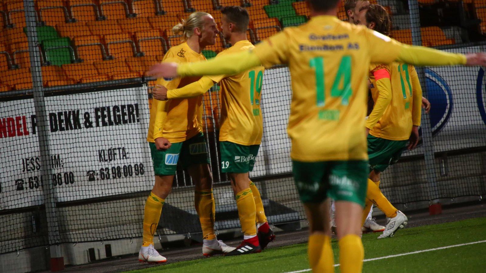 Lars-Jørgen Salvesen og Kristoffer Normann Hansen feirer etter førstnevntes 2-1-scoring mot Mjøndalen.