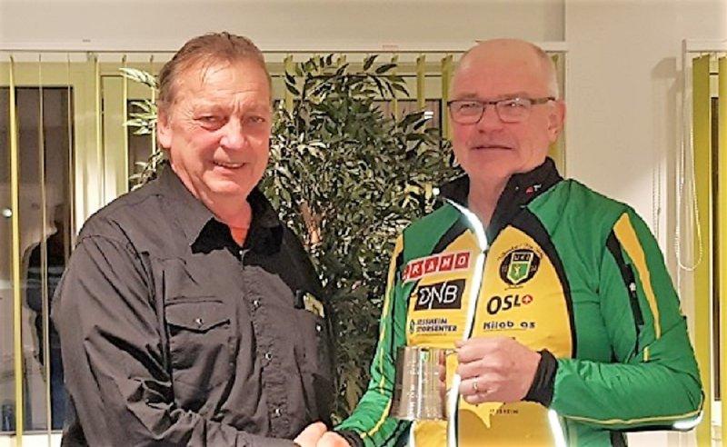 UKI GUTT: Pelle Skedsmo får heder som UKI Gutt av leder i Ull/Kisa IL, Ole Kristian Wiig, i 2018.