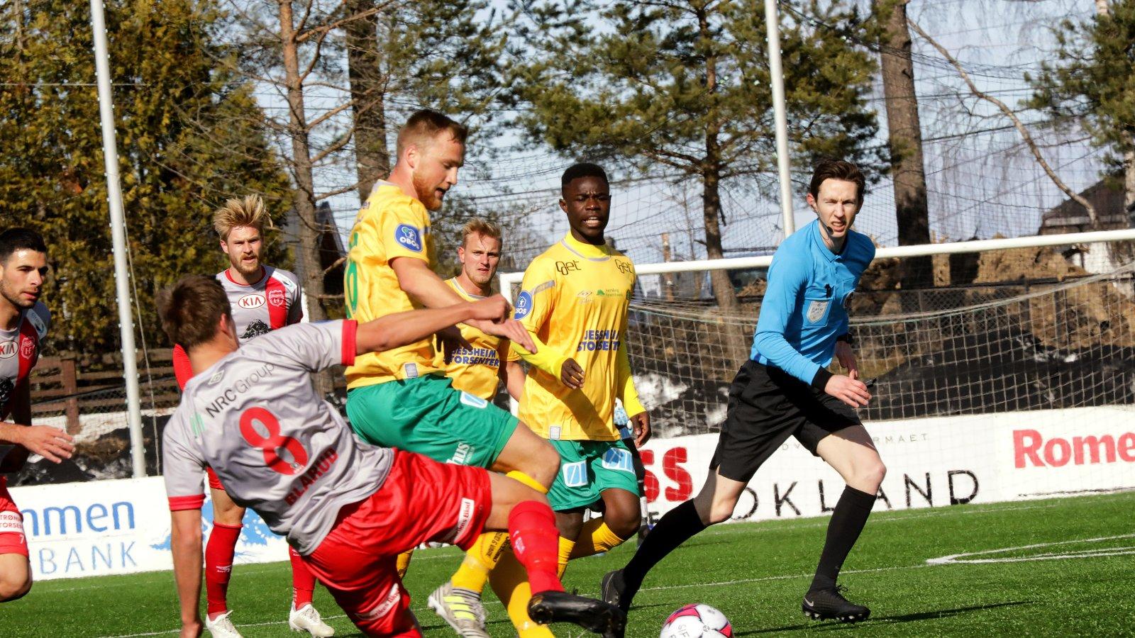 Espen Bjørnsen Garnås takles av Strømmens Mathias Blårud i sesongåpningen på Strømmen stadion.