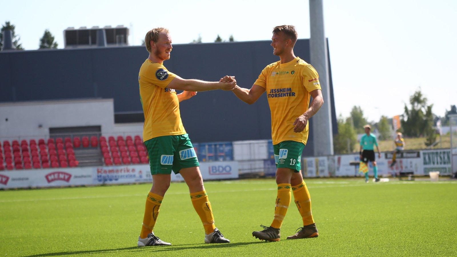 Sverre Martin Torp gratulerer Kristoffer Normann Hansen med scoring. FOTO: Bjørn Hytjanstorp