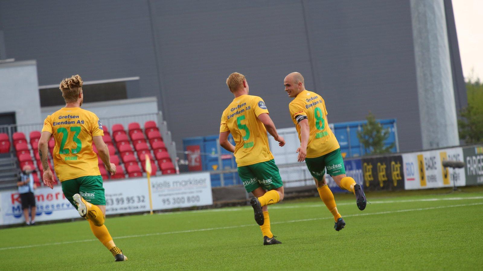 Mats-Andre Kaland og Nikolas Walstad løper til for å gratulere Truls Jørstad med 2-0-scoringen mot Sogndal.