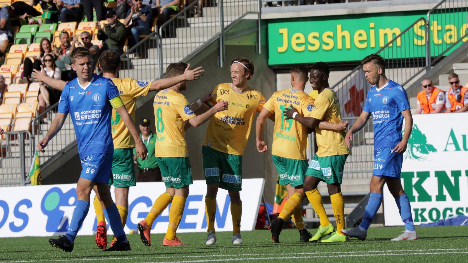 Kristoffer Normann Hansen gratuleres med sin 1-0-scoring mot Notodden.