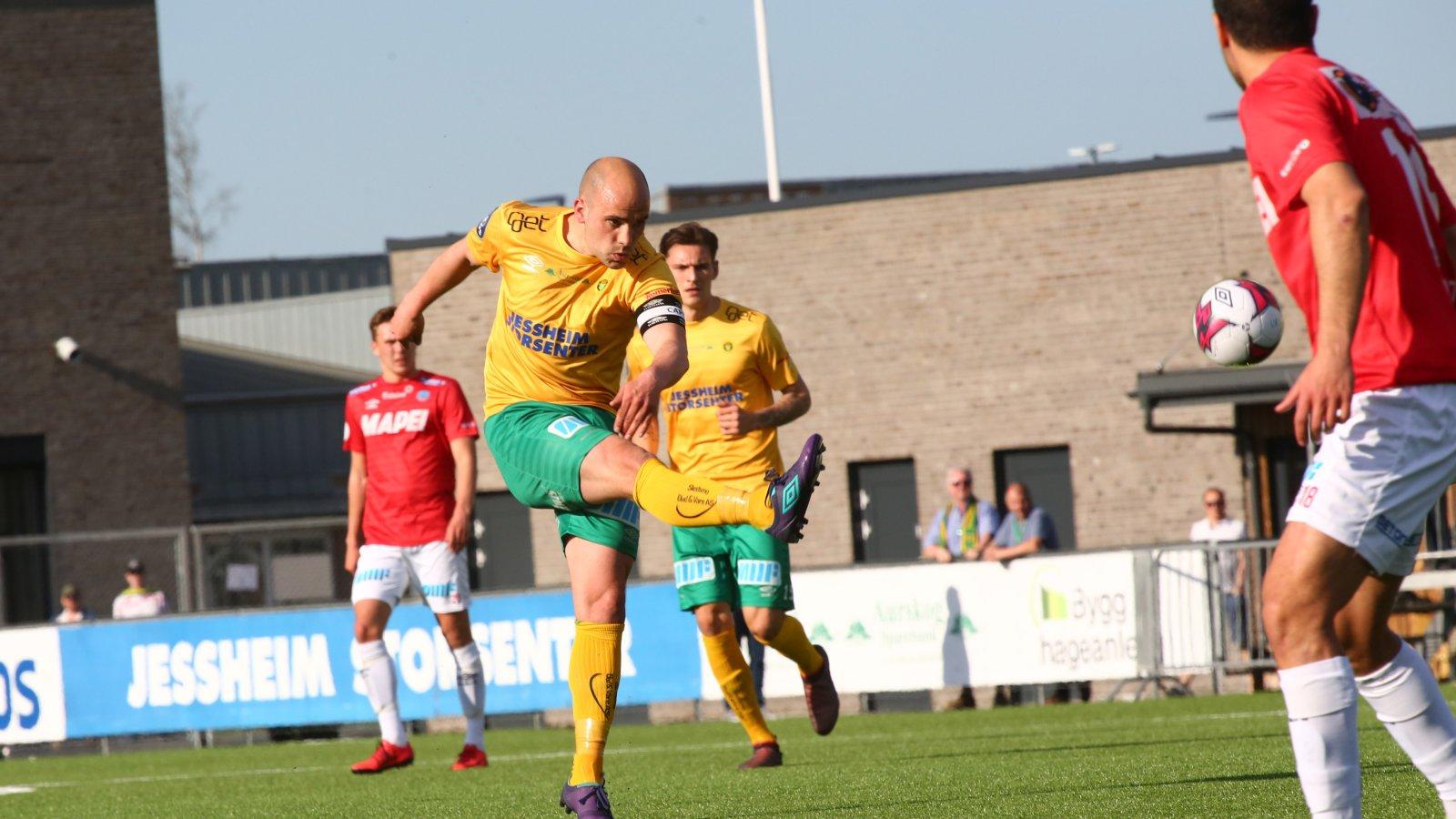 Truls Jørstad banker inn kampens første scoring med et strålende distanseskudd mot Kongsvinger.