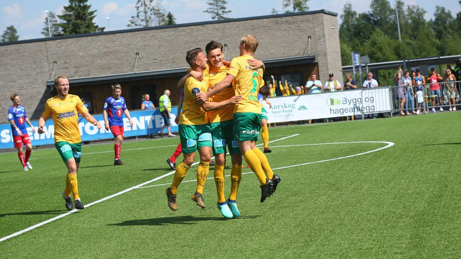 Sverre Martin Torp, Kristoffer Normann Hansen og Nikolas Walstad feirer sammen med William Kurtovic (midten). FOTO: Bjørn Hytjanstorp