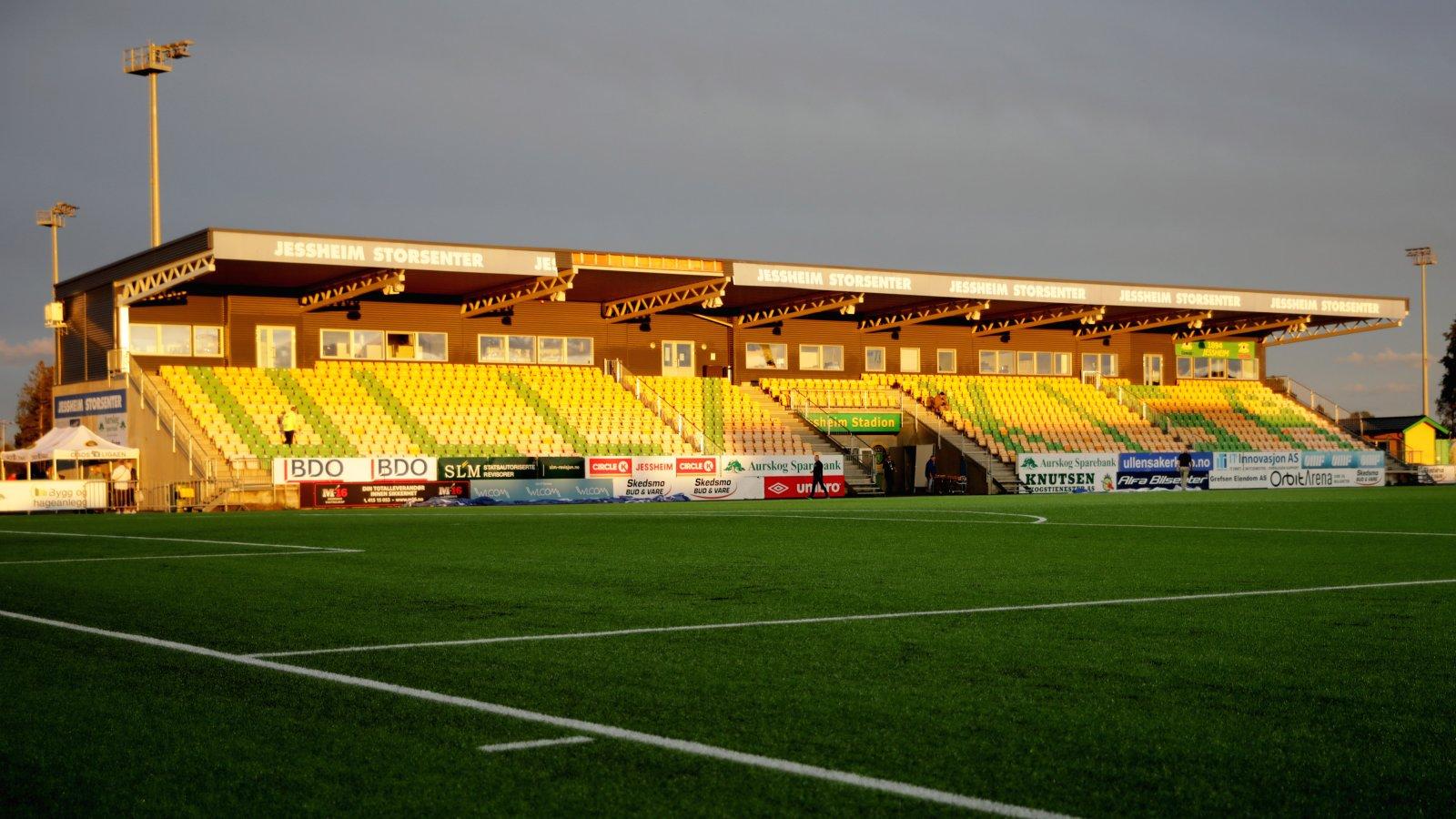 Jessheim stadion i solnedgang søndag.