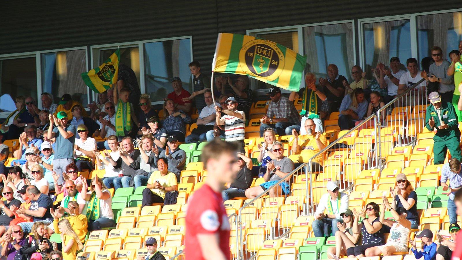 Fornøyde Ull/Kisa-supportere feirer en av scoringene mot Kongsvinger.