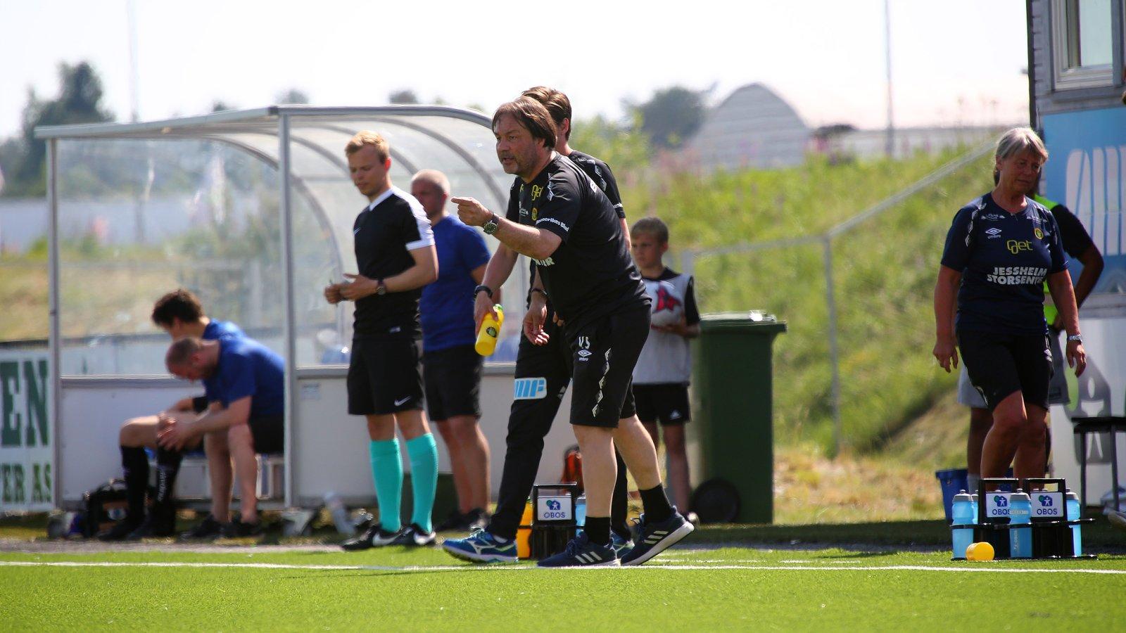 Ull/Kisa-trener Vegard Skogheim dirigerer fra sidelinjen. FOTO: Bjørn Hytjanstorp