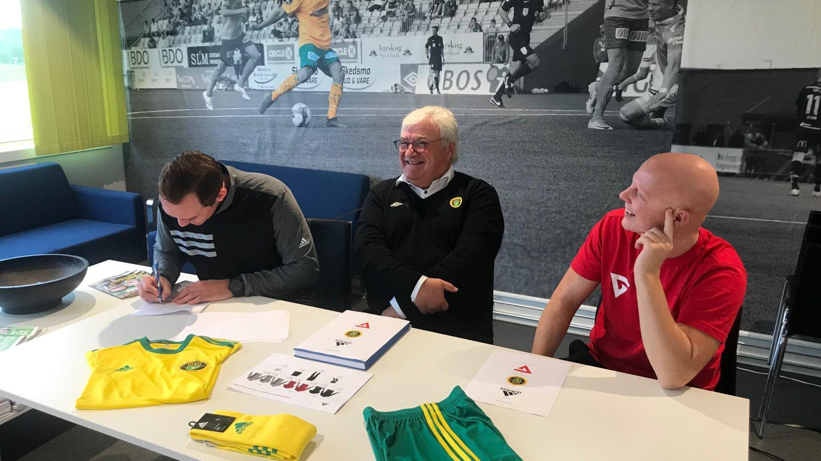 Stian Filtvedt fra adidas, daglig leder i Ull/Kisa Fotball Cato Strømberg og Erling Narmo fra G Sport Jessheim Storsenter.