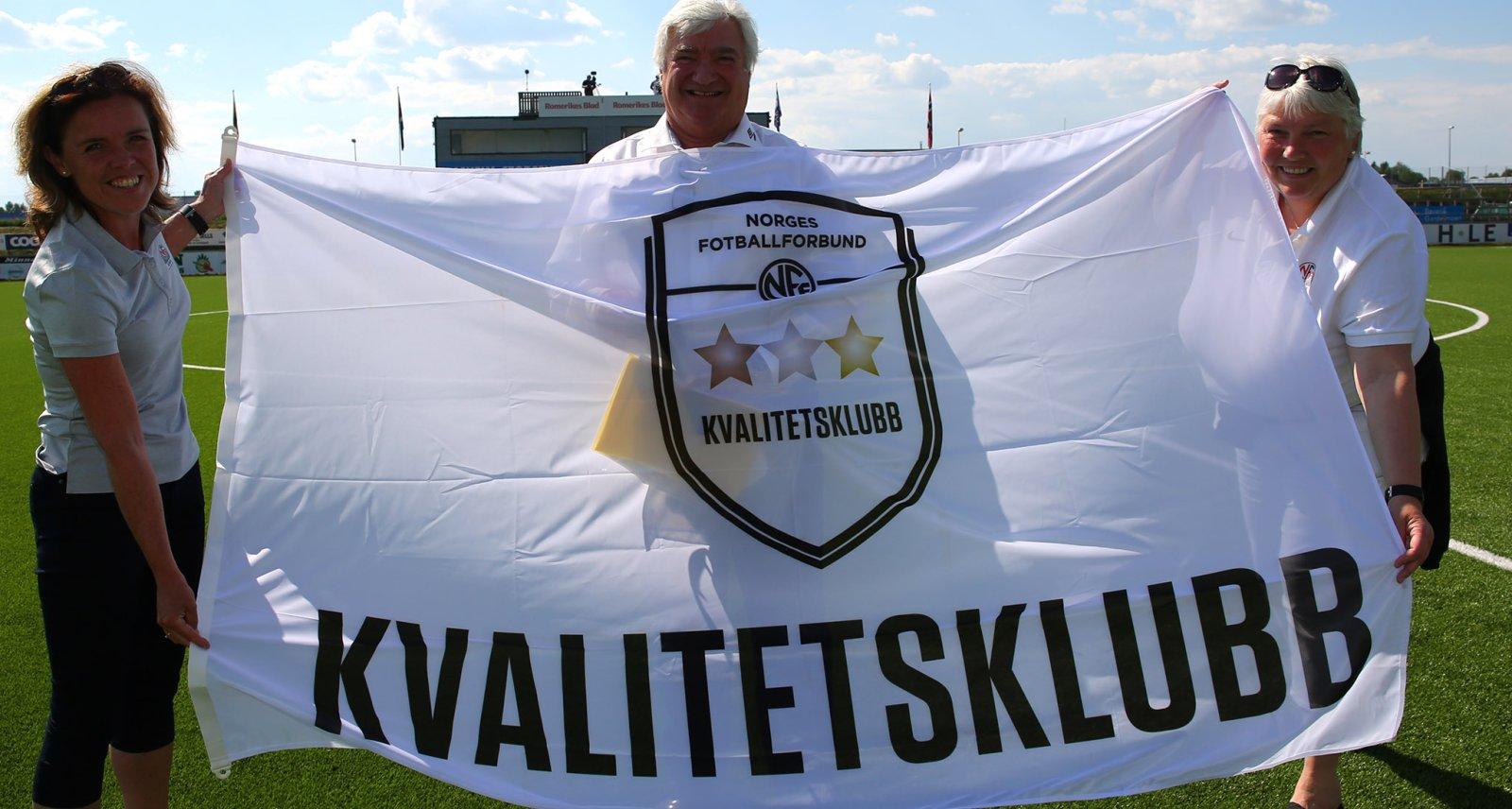 Ull/Kisa Fotball fikk utmerkelsen som kvalitetsklubb av Akershus Fotballkrets i pausen av hjemmekampen mot Tromsdalen i den 11. serierunden. FOTO: Bjørn Hytjanstorp