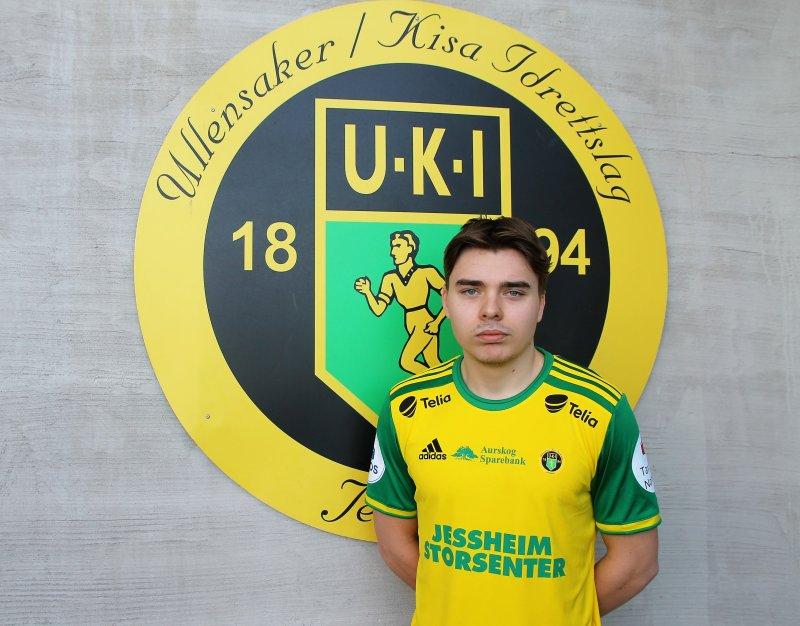 ÅRETS DRAKT: Ole Sebastian Sundgot poserer med Ull/Kisas drakt for 2021-sesongen, i det som blir hans første år i gult og grønt.