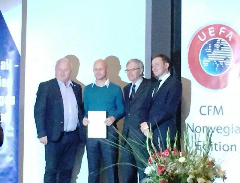 Tommy Olsen etter diplom-utdelingen av kurset han gjennomførte i regi av UEFA.