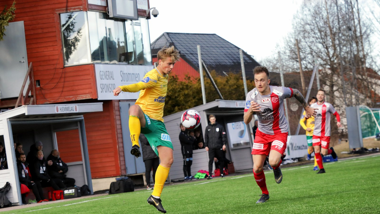 Sebastian Remme Berge tar ned en ball i serieåpningen mot Strømmen.
