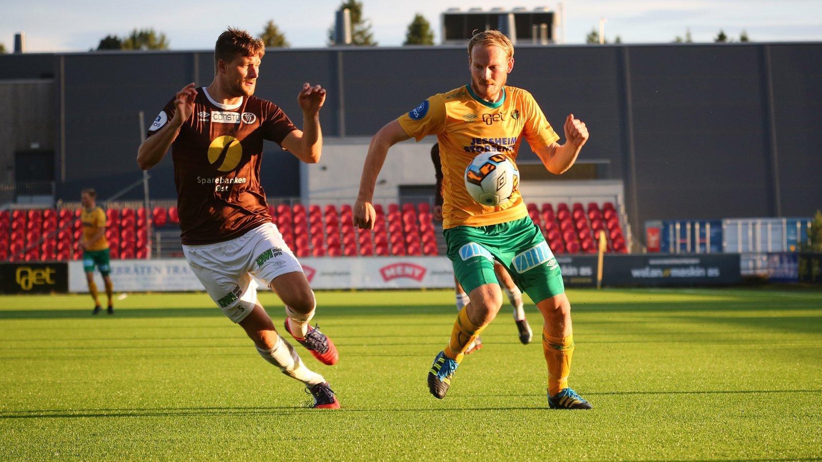 Sverre Martin Torp i duell med Mjøndalen-stopper Ulrik Arneberg.