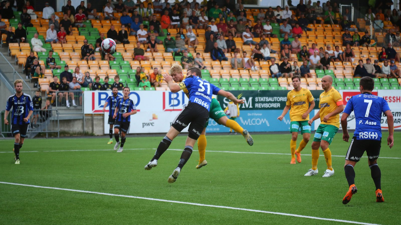 Herman Henriksen hadde et godt innhopp i kampen mot Florø. Her er han nære å bli matchvinner i kampens siste spilleminutt.