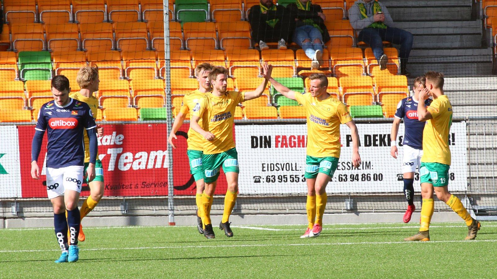 Nicolay Solberg og Ole Andreas Nesset jubler etter ett av reduseringsmålene mot Viking.