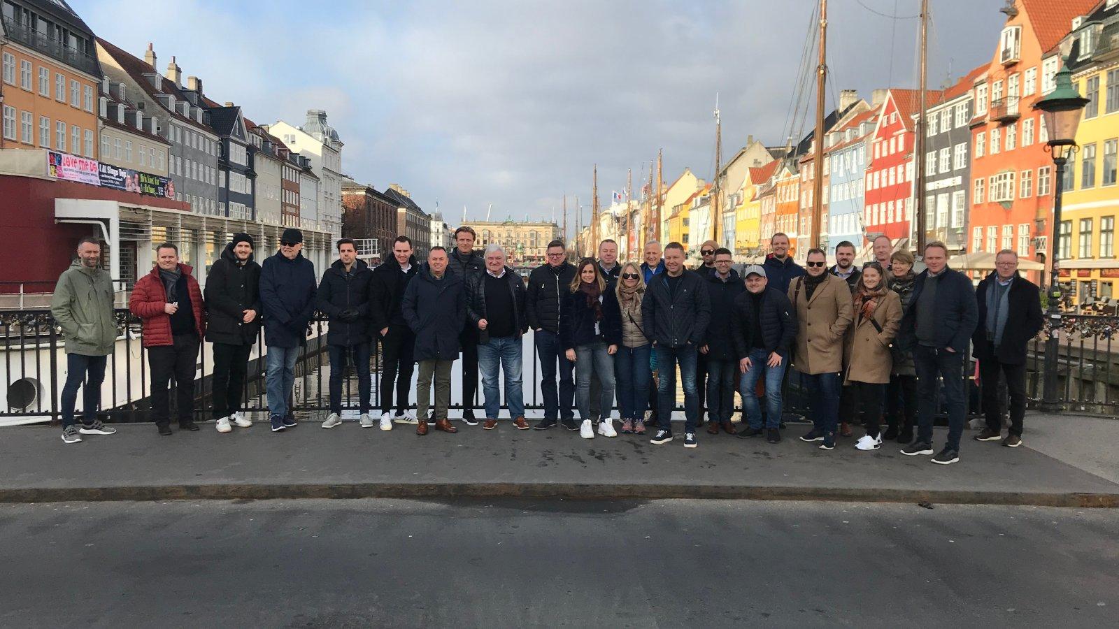 Her er lagbildet av alle som var med på sponsorturen til København ved ankomst i flotte Nyhavn.