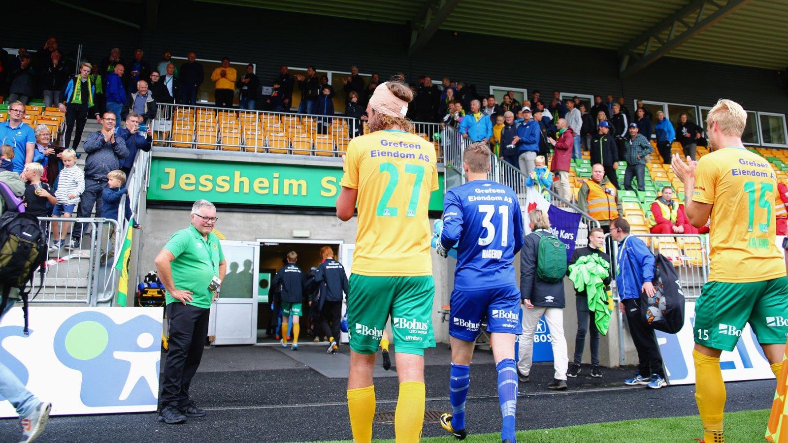 Martin Rosenkilde, Stefan Hagerup og Mats-Andre Kaland takker publikum etter 3-3-kampen mot Sandnes Ulf.
