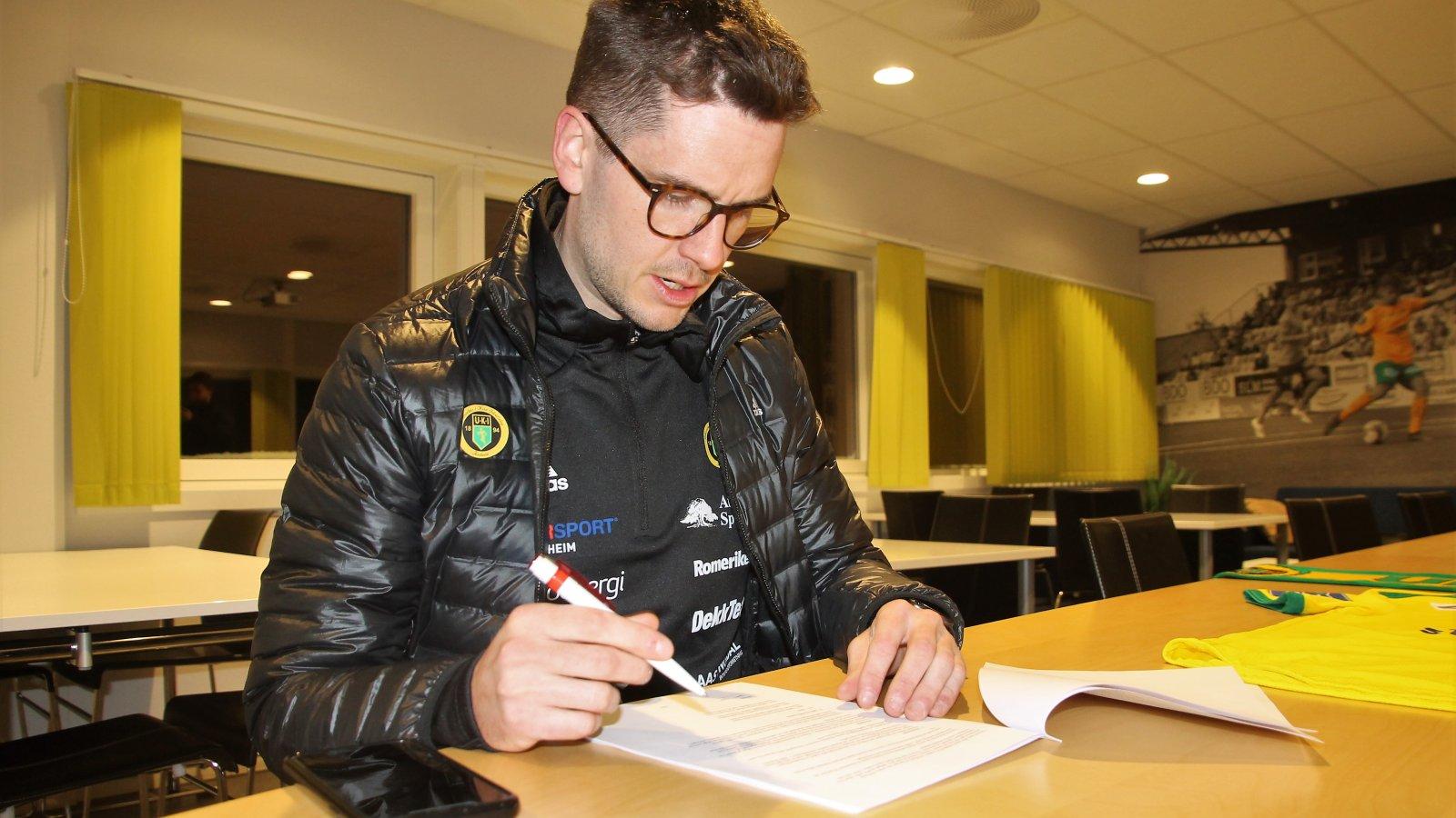 Her setter Sindre Tjelmeland den endelige signaturen, som gjør han til hovedtrener i Ull/Kisa Fotball de neste tre årene.