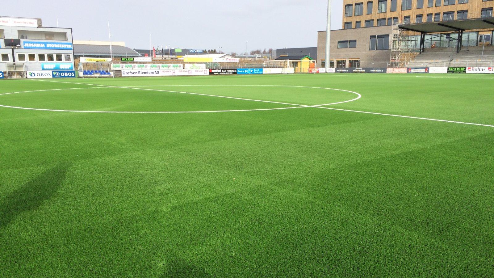 Det nye kunstgresset på Jessheim stadion er klart, og innvies mot Strømmen 2. påskedag.