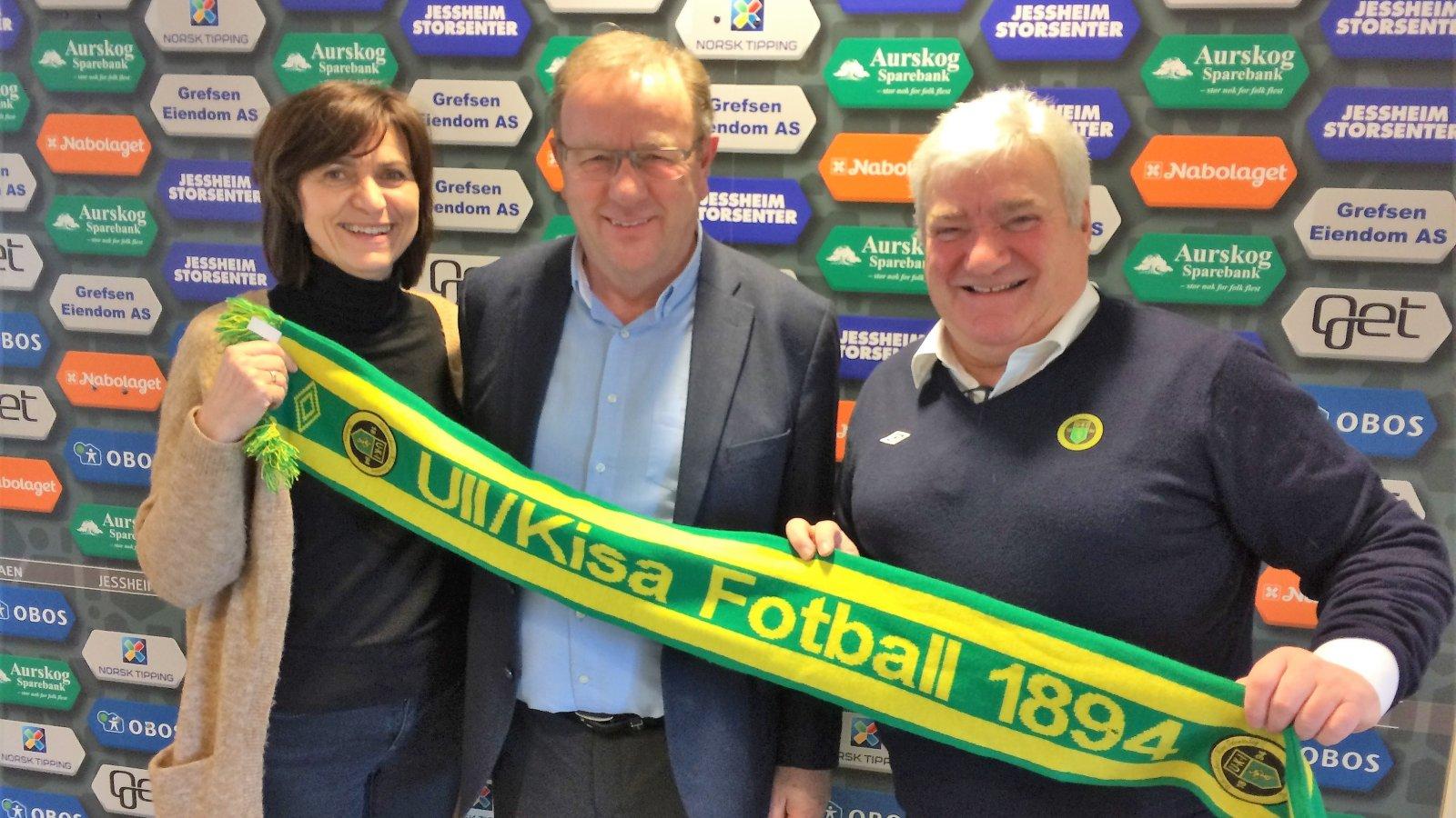 Lise Lotte Bergland er ansatt i Ull/Kisa Fotball. Her sammen med Trond Ivar Johansen (styreleder) og Cato Strømberg (daglig leder).