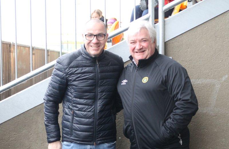 JUBILEUMSKLARE: Ullensaker-ordfører Tom Staahle (t.v.) og daglig leder i Ull/Kisa Fotball, Cato Strømberg.