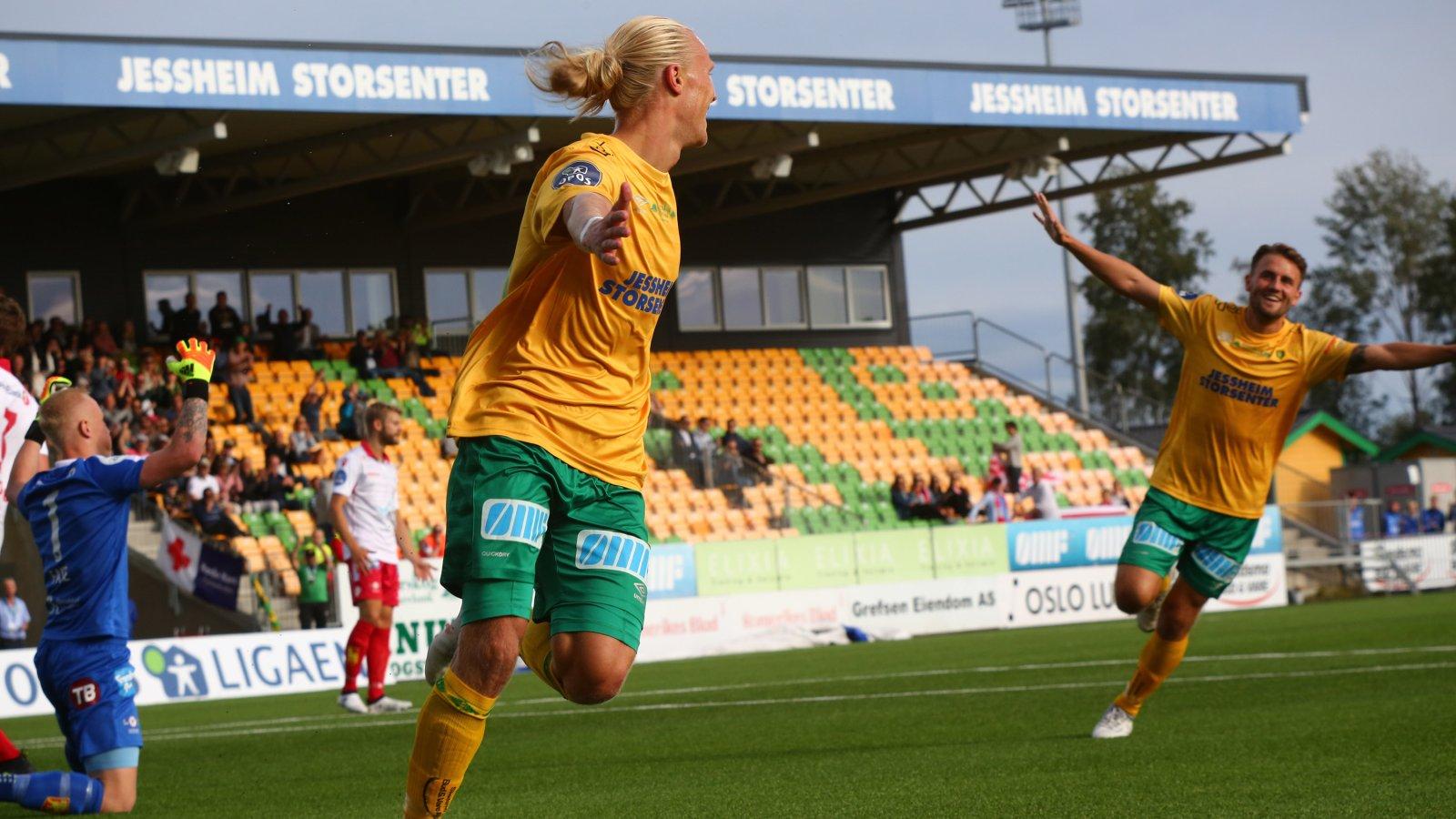 Lars-Jørgen Salvesen og Martin Trøen jubler for førstnevntes 1-0-scoring mot Levanger.